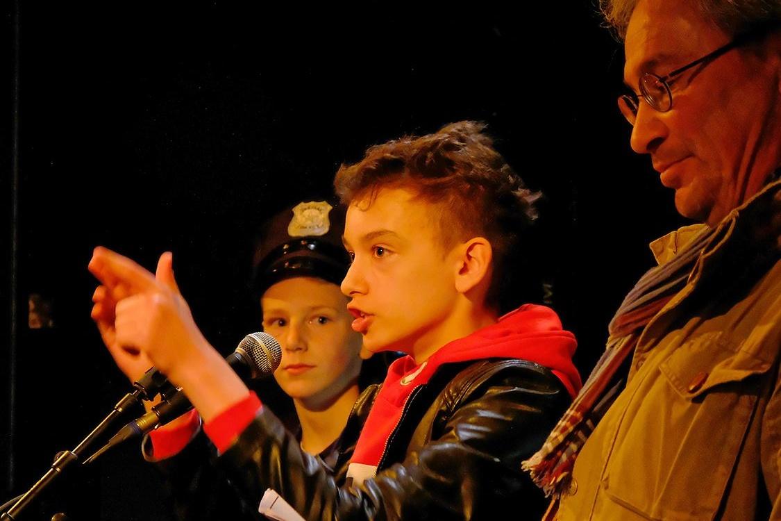 Les jeunes élèves de Don Bosco et leur professeur sur la scène de Poésie Moteur à Tournai., Benoit Dochy