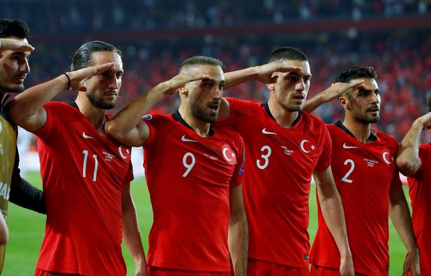 """L'UEFA va """"examiner"""" le salut militaire des joueurs turcs, avant le choc face à la France"""