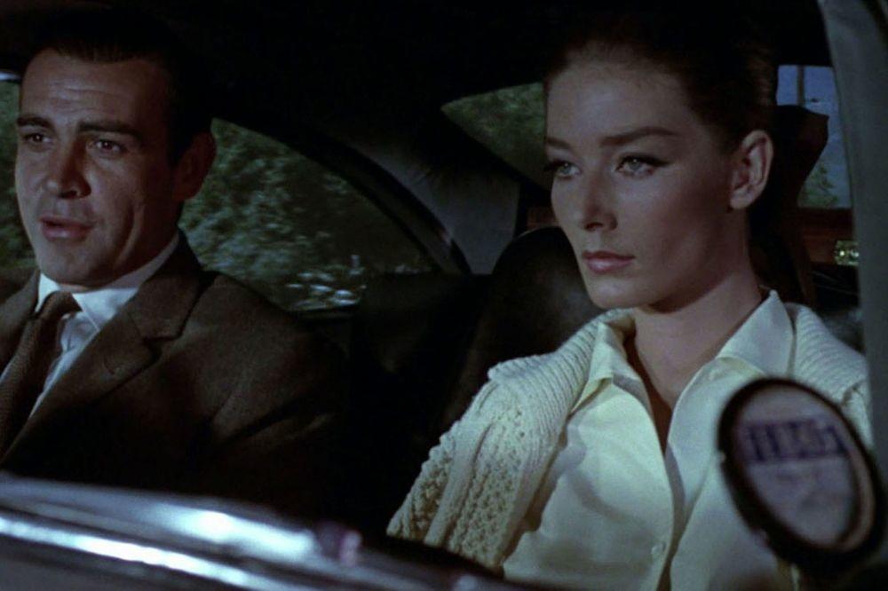 Tania Mallet au côté de Sean Connery, dans Goldfinger, Isopix