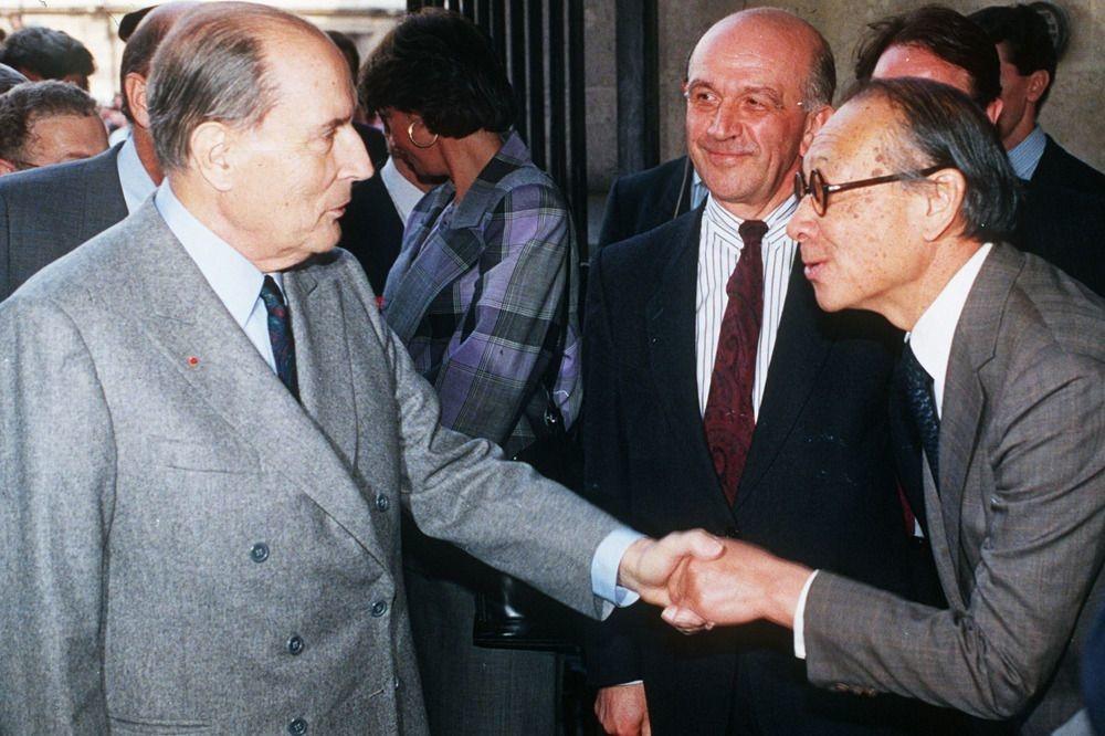 Le 29 mars 1989, Ieoh Ming Pei salue le président François Mitterand, commanditaire de la fameuse pyramide du Louvre, et inaugurée ce jour-même, Belga Image
