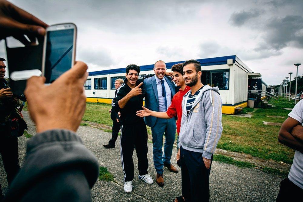 Theo Francken en visite dans un centre d'accueil pour réfugiés. Sa gestion de la question des migrants est appréciée des citoyens, si l'on en croit sa cote de popularité. , WOUTER VAN VOOREN/ID PHOTO AGENCY