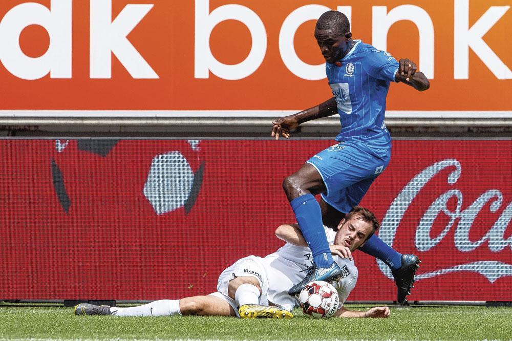De club haalde met Depoitre en Ngadeu (rechts in duel) meer ervaring binnen., belgaimage