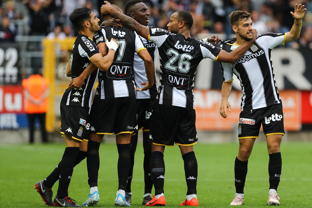 Spelers van Charleroi vieren de 1-1 van Massimo Bruno tegen KAA Gent., belgaimage