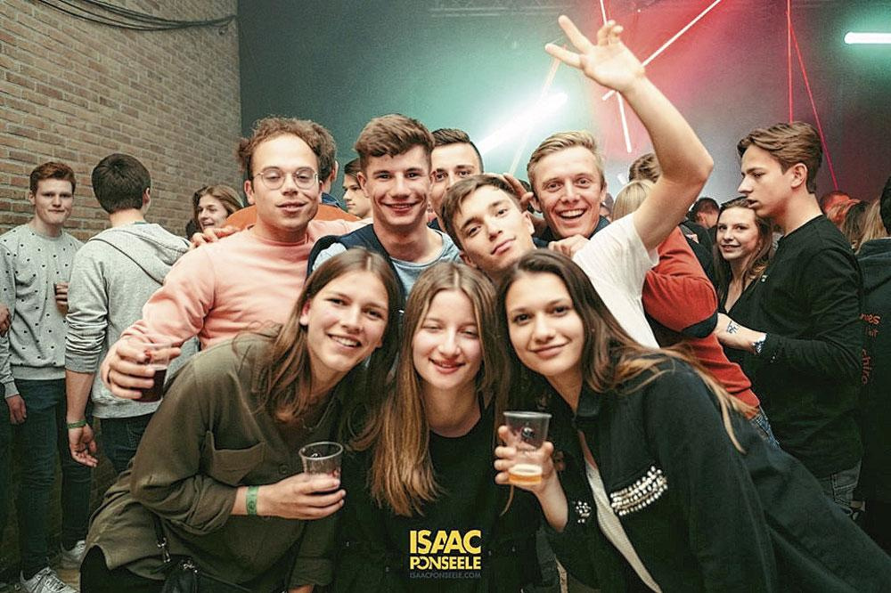 Vrienden voor altijd. Bovenaan: Jordi, Arno, Bjorg en Senne. Onderaan: Kemmy (vriendin van Senne), Britt en Carmina., PHOTONEWS