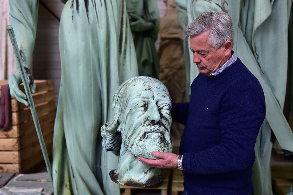 Une des statues enlevé juste avant l'incendie de Notre-Dame , AFP