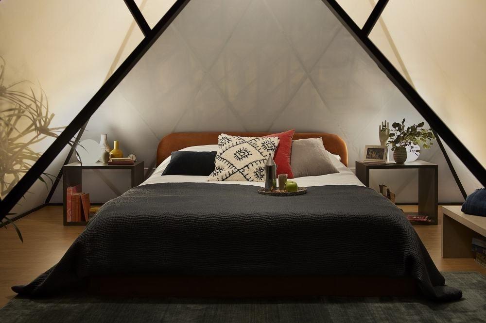 De slaapkamer in de glazen piramide. , Airbnb-Louvre/Julian-Abrams