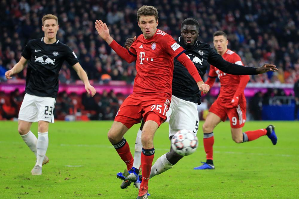 Thomas Müller (Bayern) en Dayot Upamecano (RB Leipzig) in duel. Dit seizoen titelconcurrenten?, belgaimage