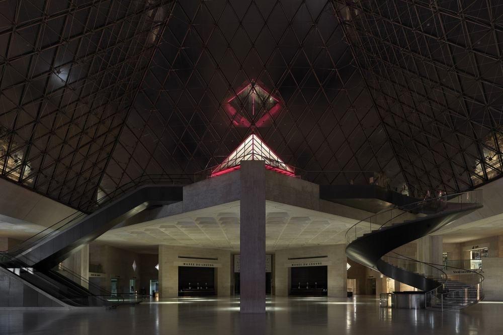 Een verlaten Louvre in het donker., Airbnb-Louvre/Julian-Abrams