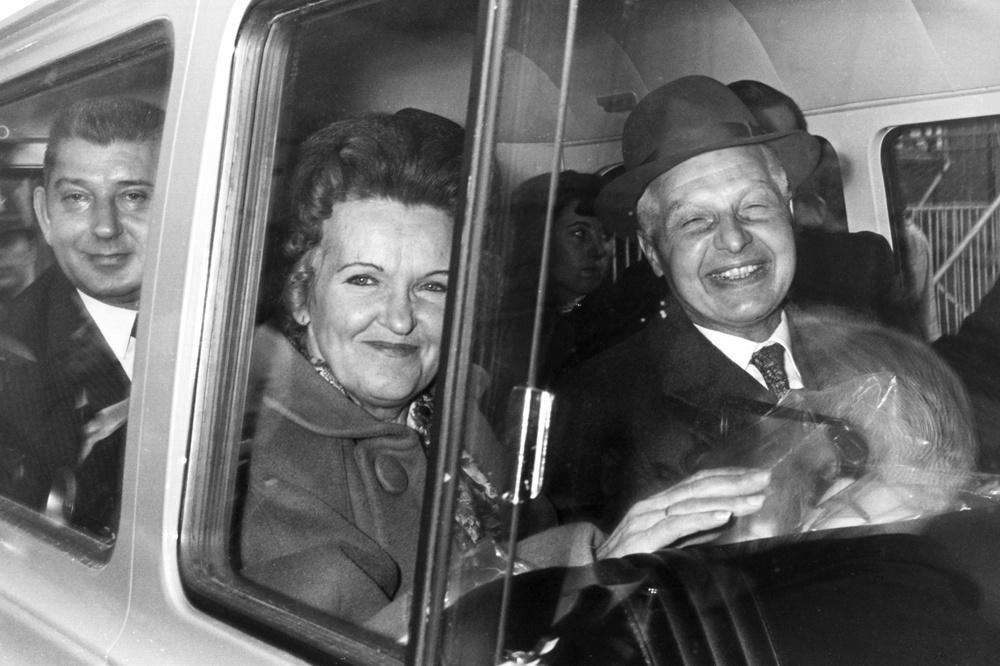 Les espions russes Morris et Lona Cohen, qui travaillaient à Londres sous les noms d'emprunt Peter et Helen Kroger, arrivent à l'aéroport Heathrow de Londres le 24 octobre 1969. Emprisonnés en 1961 pour leur implication dans le Portland Spy Ring, ils sont libérés en échange de Gerald Brooke, un citoyen britannique arrêté en Union soviétique. Ils seront transportés à Varsovie, Getty Images