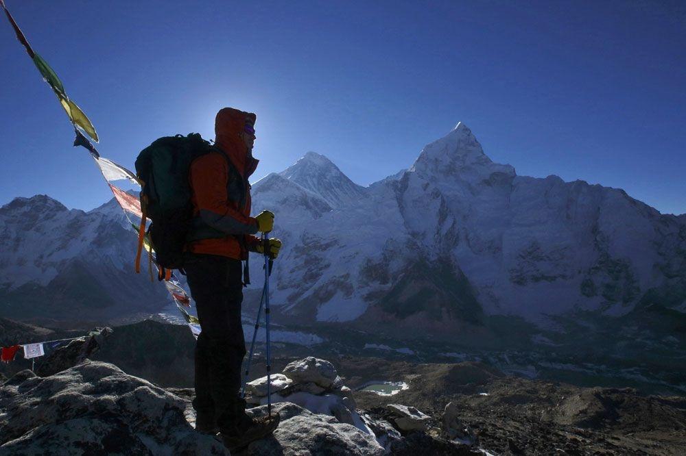 Un randonneur au pied du Mont Everest, Reuters