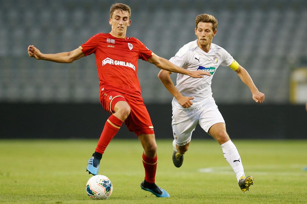 Hrosovsky, toen nog bij Plzen, hier in achtervolging op De Sart in de Europa League., belgaimage