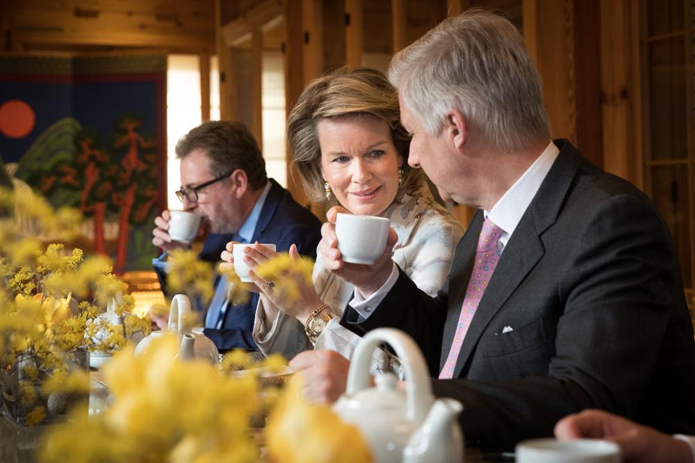 Les Souverains belges ont visité un musée de meubles et ont participé à une cérémonie de thé selon le rituel coréen.