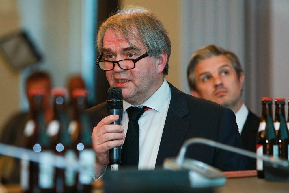 Pro League CEO Pierre François wil de 1e klasse van de vrouwen, de Super League, op televisie., Belga