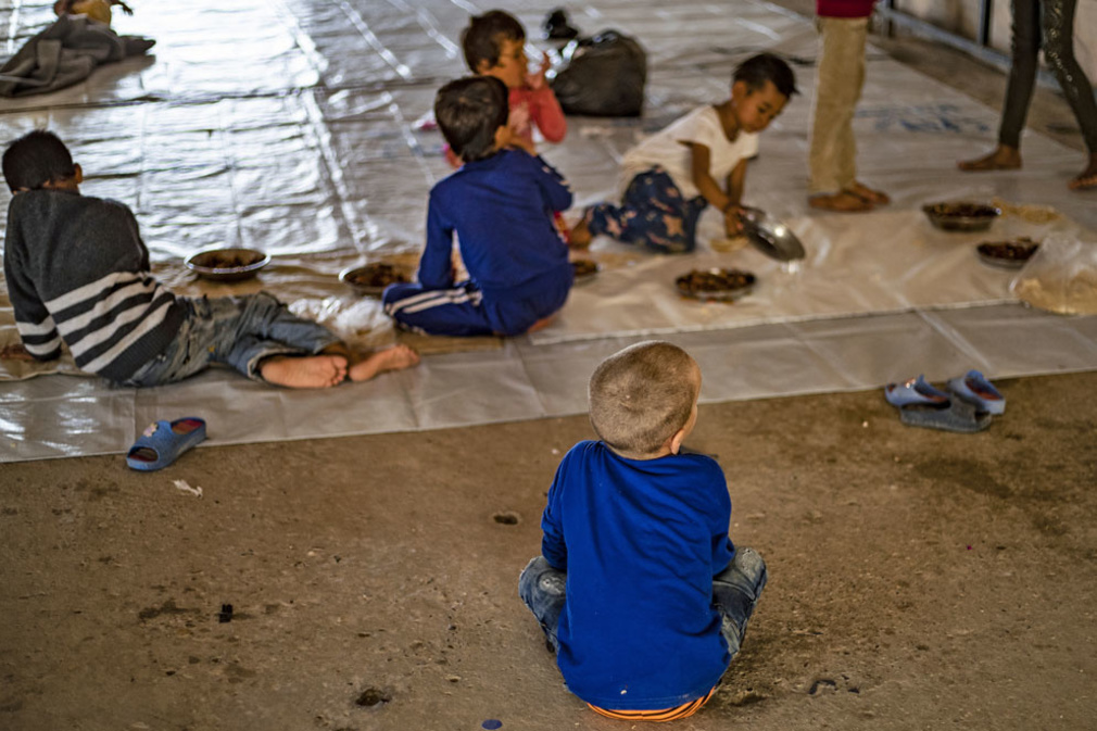 Roqaya partage une vaste tente avec les autres orphelins: des Irakiens, Tadjiks, Ouzbeks, mais aussi Indonésiens ou Russes, âgés de 18 mois à 13 ans., Belga