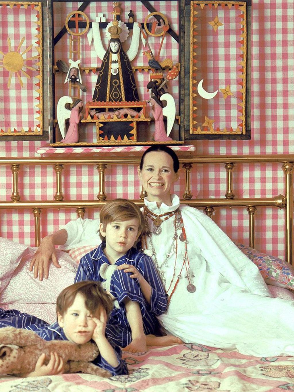 Gloria Vanderbilt met haar zonen Anderson Cooper (links) en Carter Vanderbilt Cooper thuis in New York. Carter beroofde zichzelf van het leven in 1988., Getty