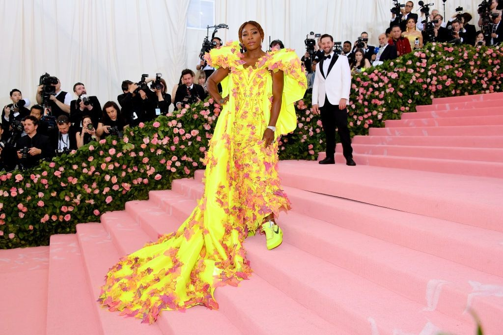 Serena Williams in een gele jurk van Versace en gele sneakers van Off-White X Nike, Getty
