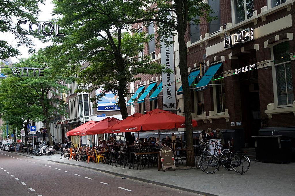 De Witte de Withstraat is bekend om de bars en coffeeshops, iStock