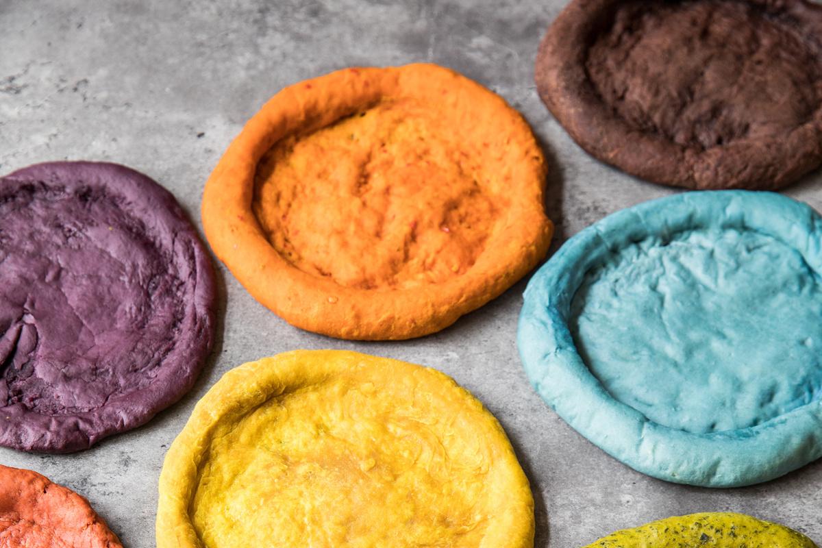 In haar boek experimenteert Manon met allerlei soorten groenten en kruiden in pizzabodems. Het resultaat is een erg kleurrijk palet., Lannoo / Simone van den Berg