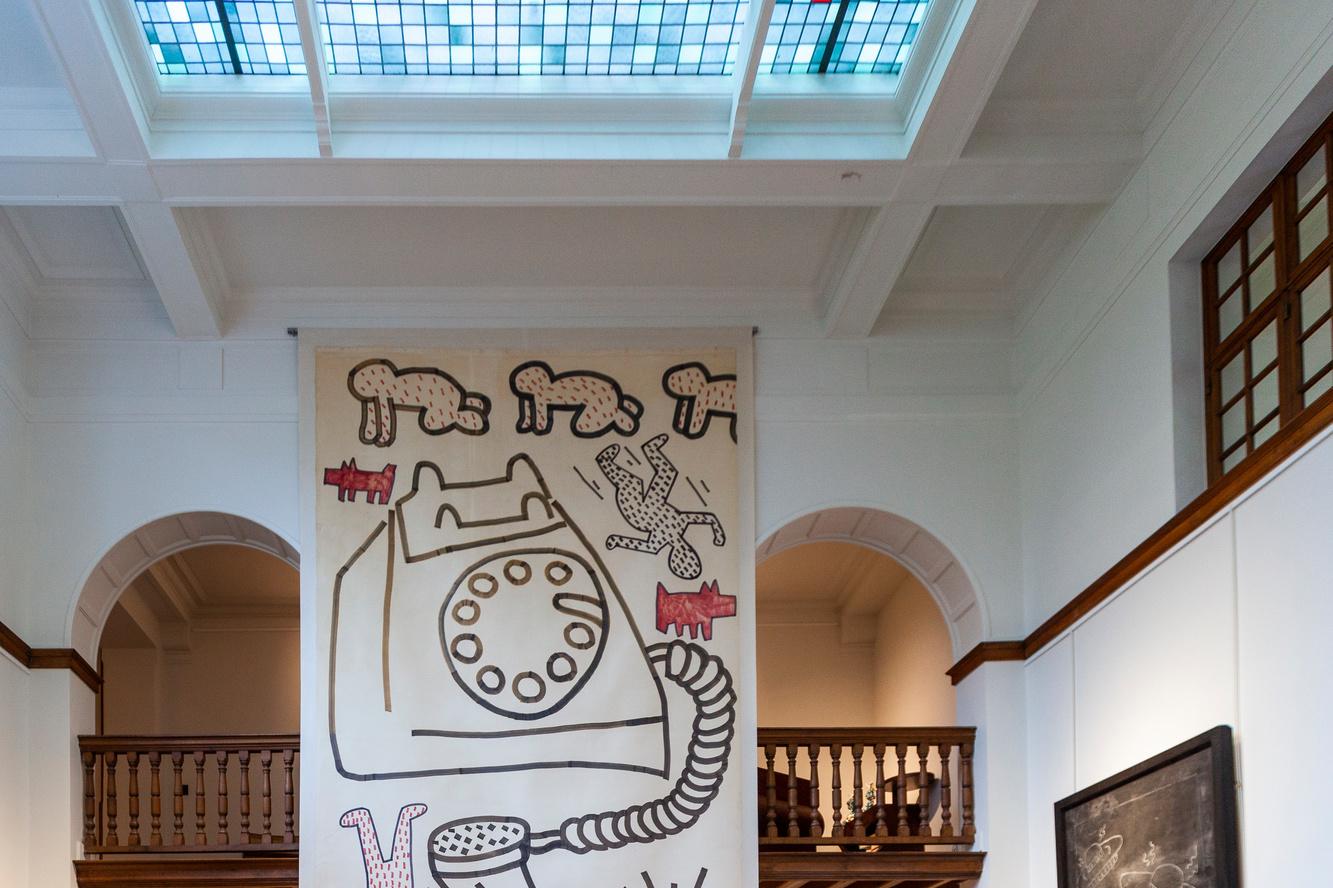 Au mur, une encre sur toile de l'artiste datée de 1981., Galerie de la Béraudière