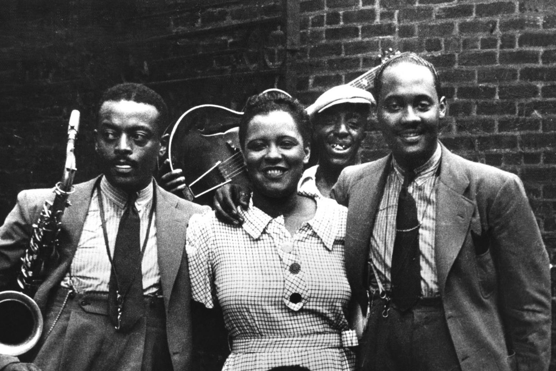 Billie Holiday et ses musiciens (Ben Webster et Johnny Russell) en 1935 à Harlem, Getty