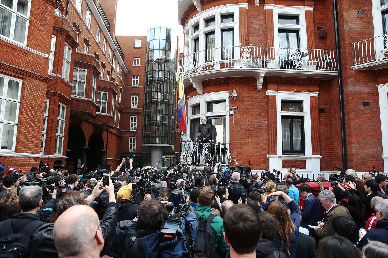 Julian Assange au balcon de l'ambassade d'Equateur à Londres en mai 2017., REUTERS