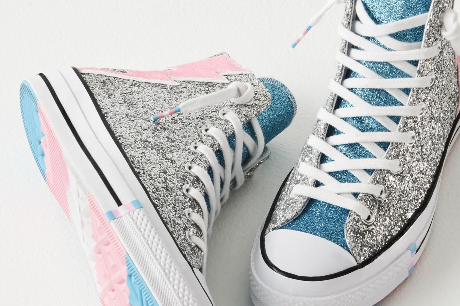 Nike brengt al sinds 2015 Pride-geïnspireerde Converse schoenen uit., Nike