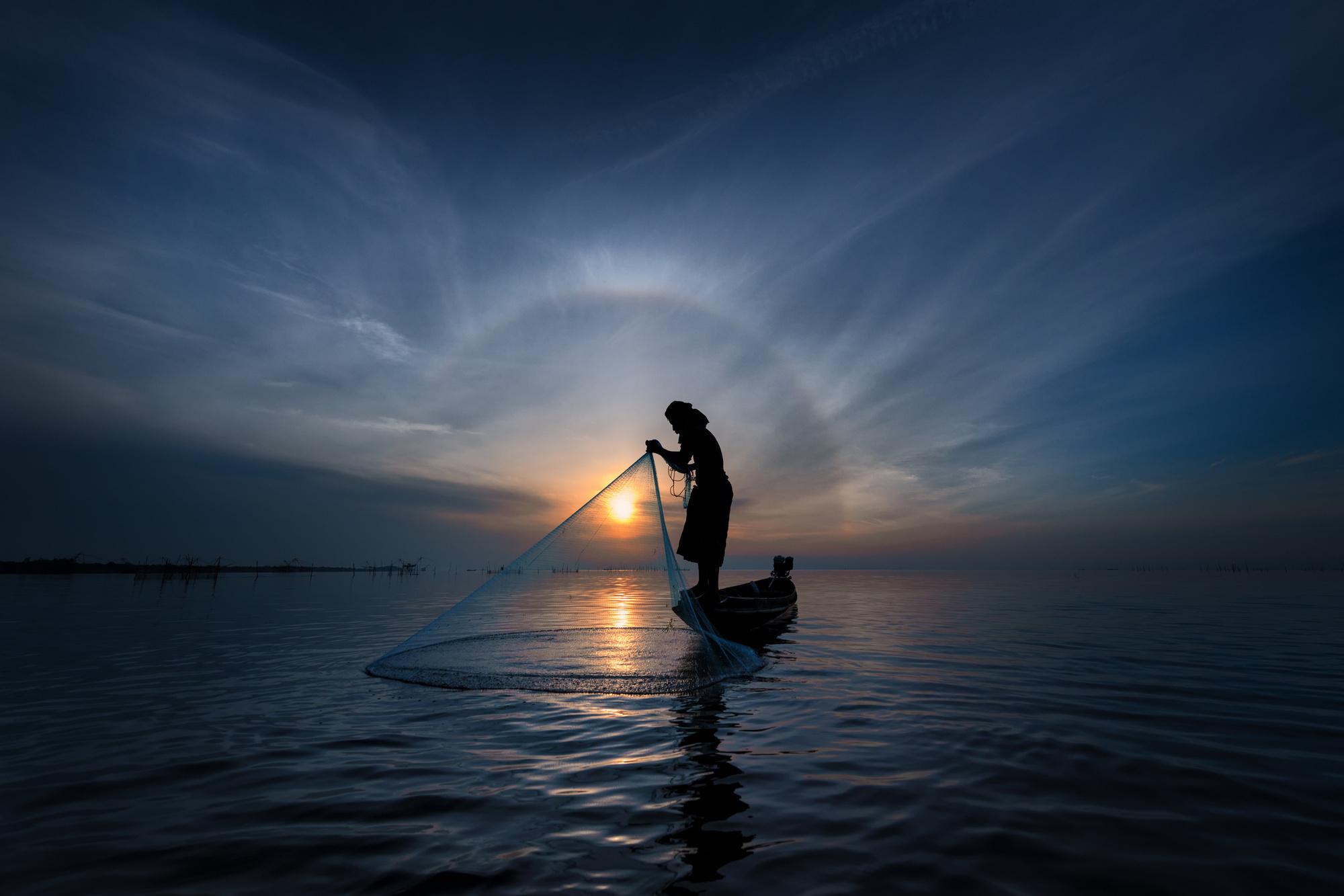 Les filets gigantesques que les pêcheurs locaux utilisent pour attraper leurs proies sont magnifiques sur l'eau, à Phattalung, Getty Images