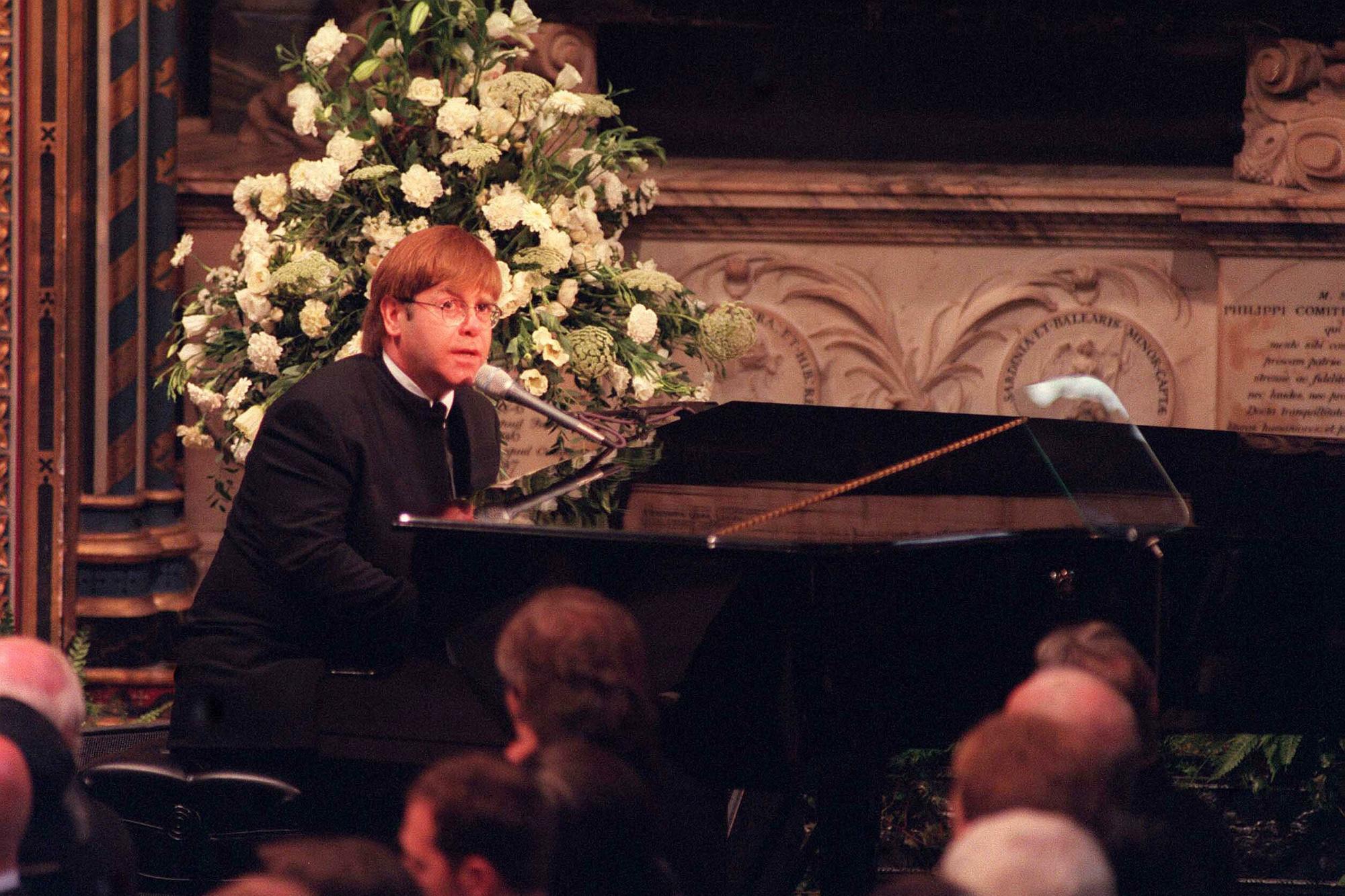 Elton John op de begrafenis van prinses Diana in 1997, iStock