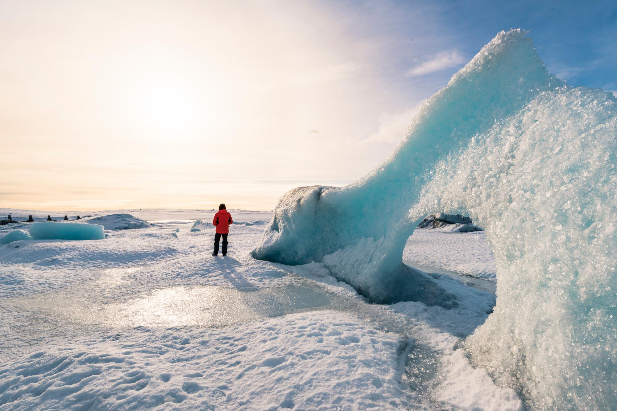 Toerist geniet van het uitzicht in het Vatnajökull Nationaal Park in IJsland, Getty