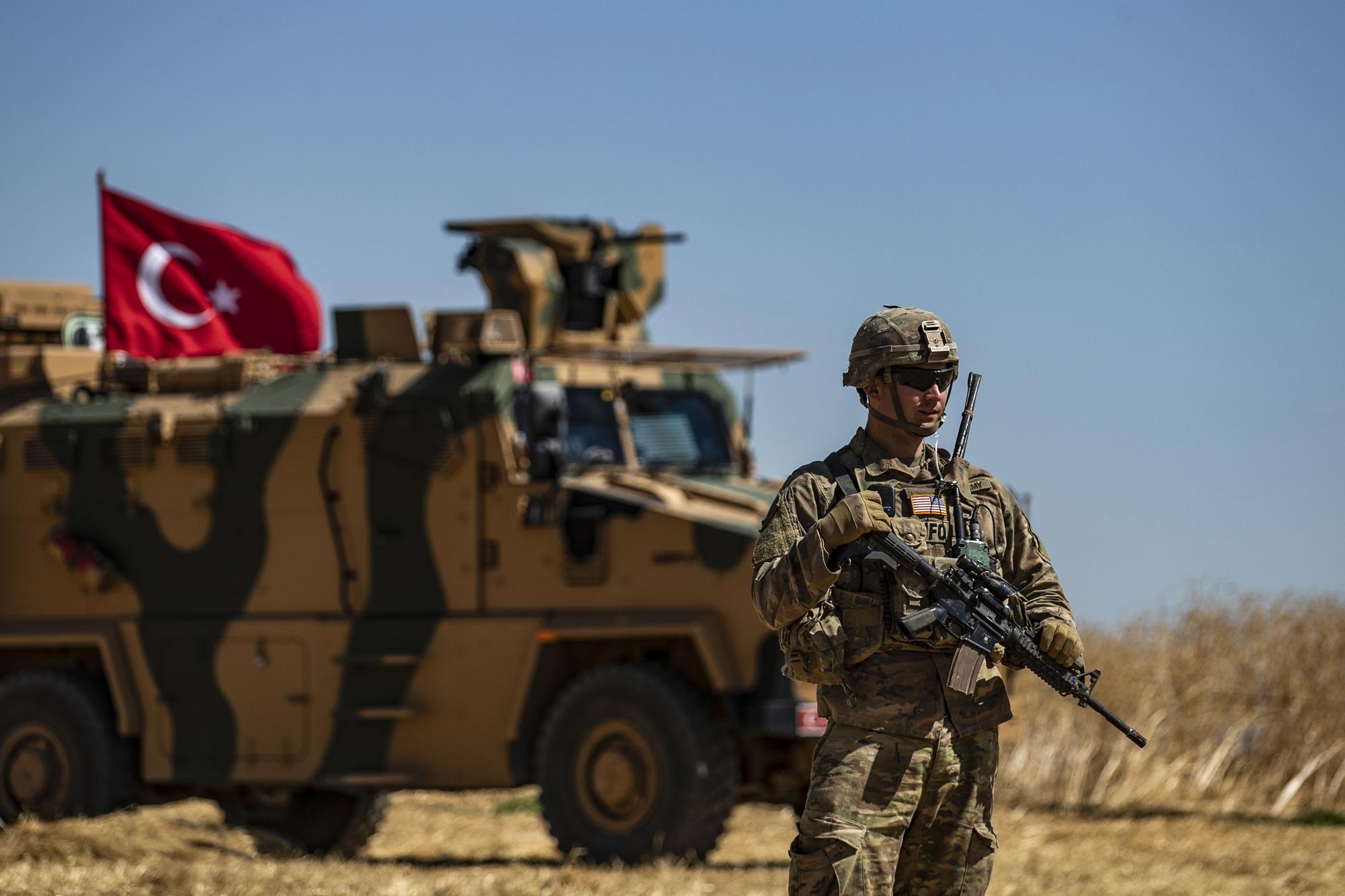 Een Amerikaanse soldaat patrouilleert samen met Turkse troepen in Tal Abyad, 8 september 2019., Belga Image