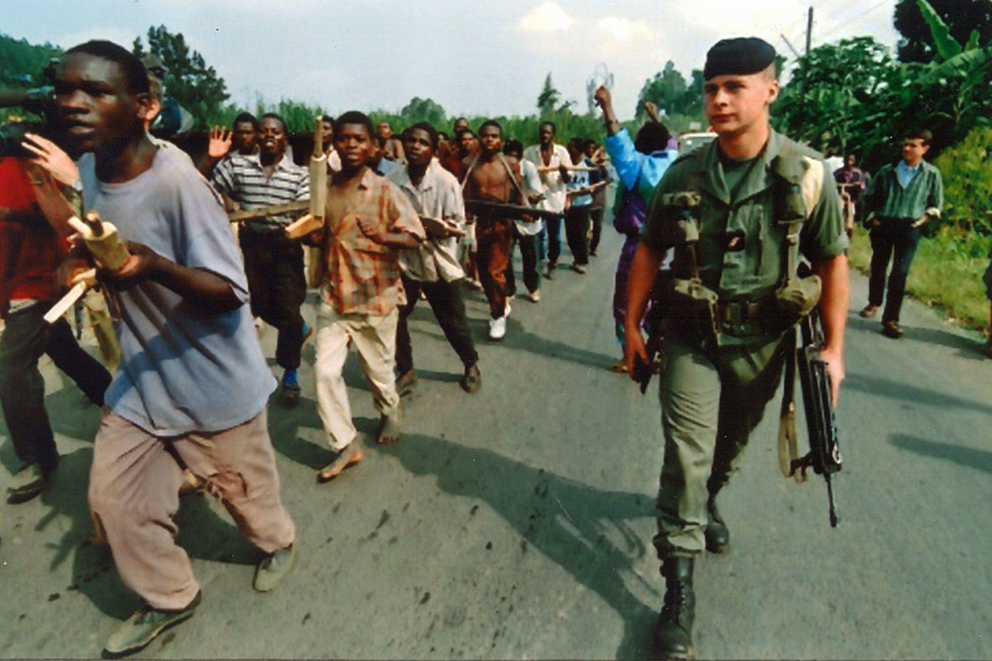 Militaires français acclamés par les milices Interahamwe lors de l'opération Turquoise., JM Bouju