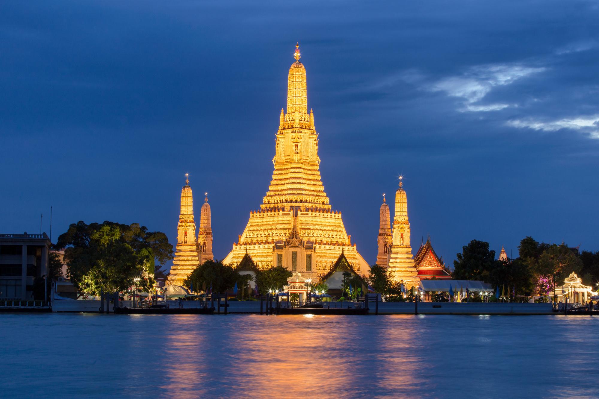 Uitzicht op de verlichte tempel Wat Arun., Getty
