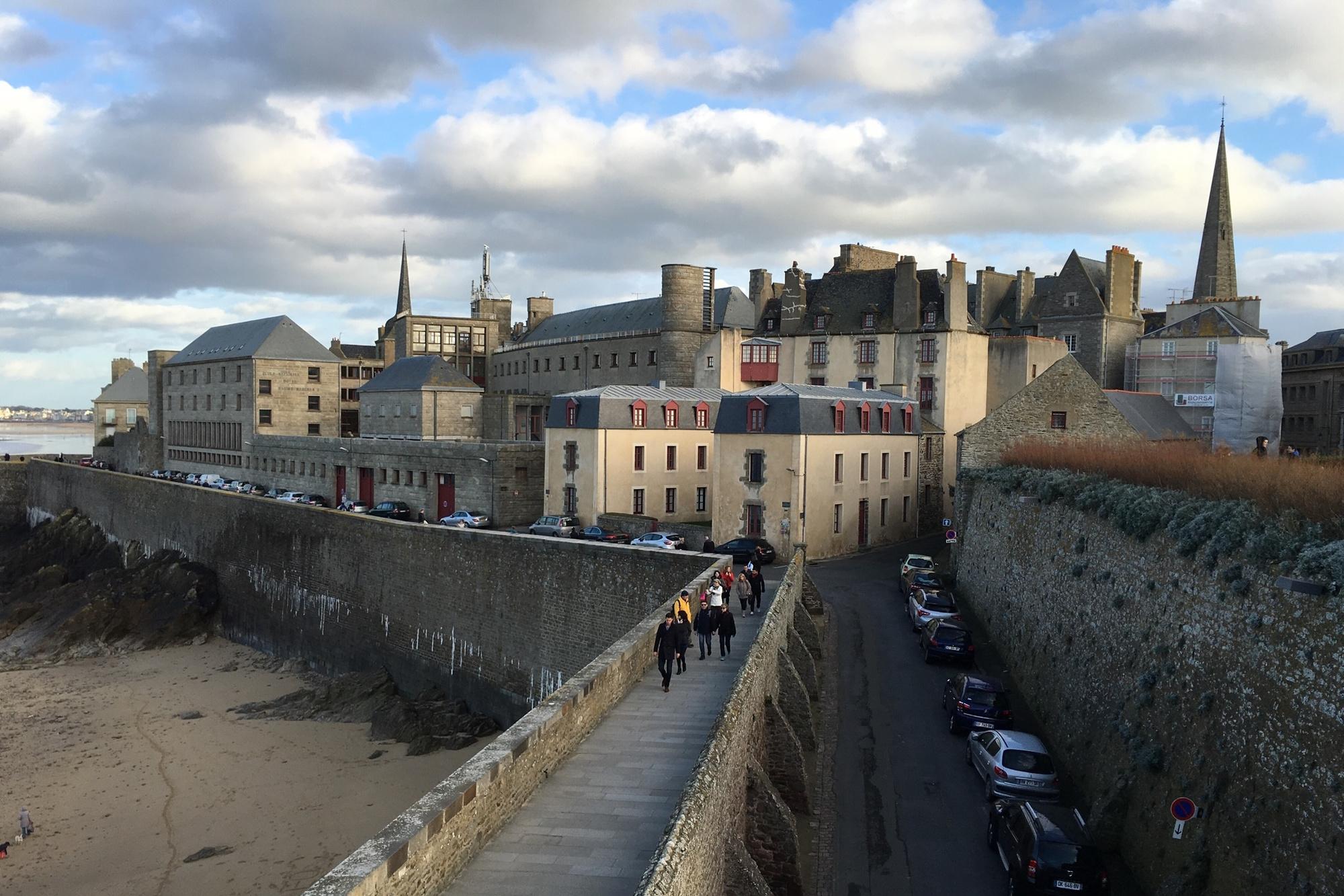 De impressionante omwalling van Saint-Malo., Getty