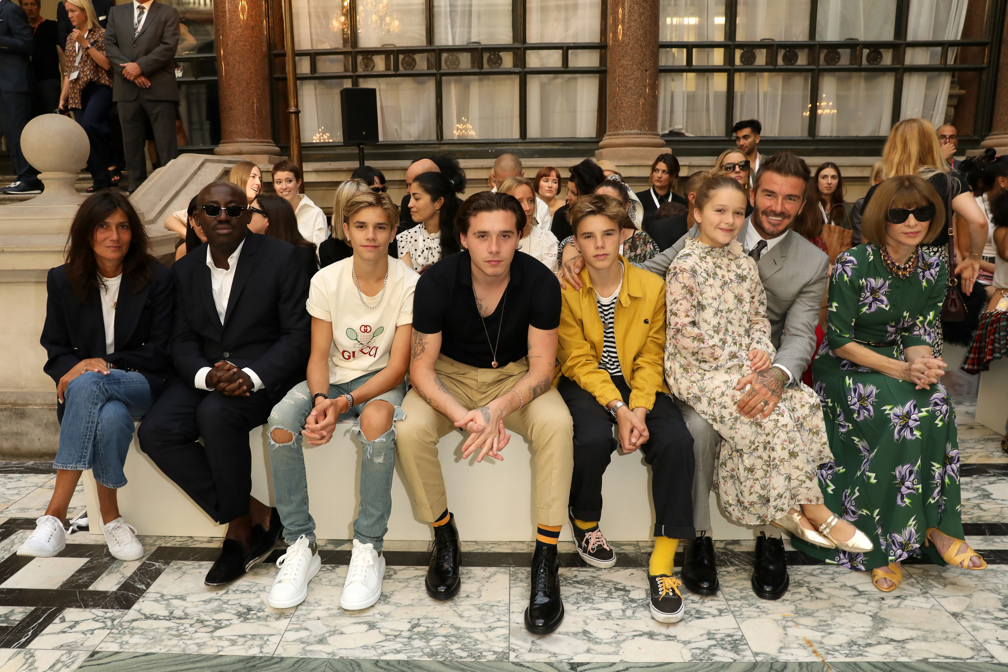 Romeo Beckham, Brooklyn Beckham, Cruz Beckham, Harper Beckham, David Beckham en Anna Wintour tijdens de show van Victoria Beckham tijdens de London Fashion Week., Getty Images