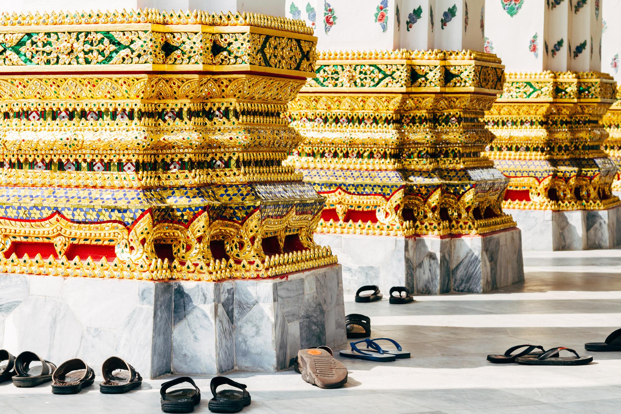 Schoenen voor een tempel in Thailand, Getty