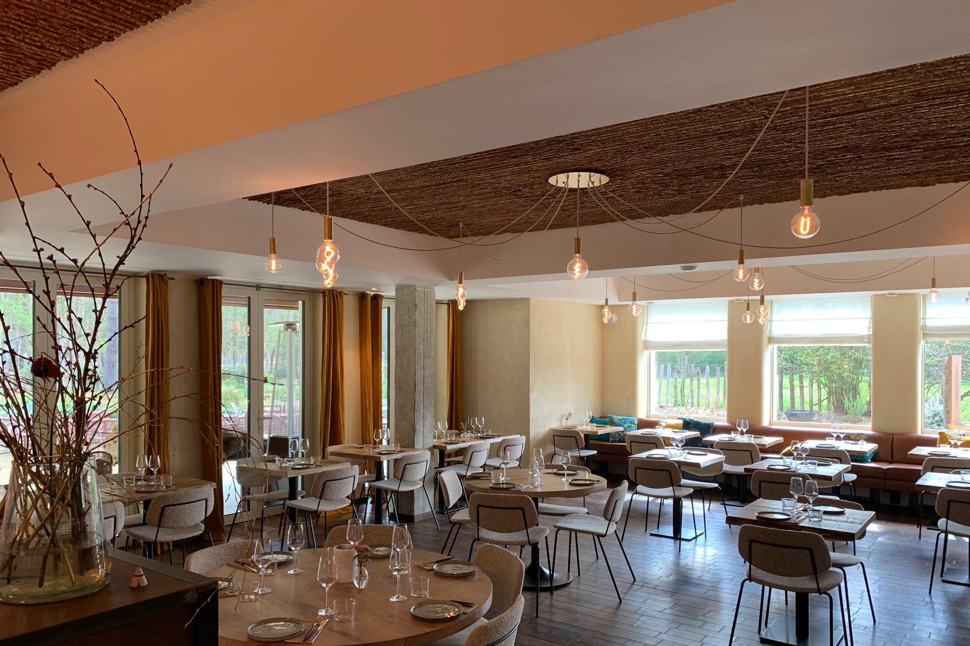 Het eenvoudige en tegelijk warme interieur van het restaurant, Dôme