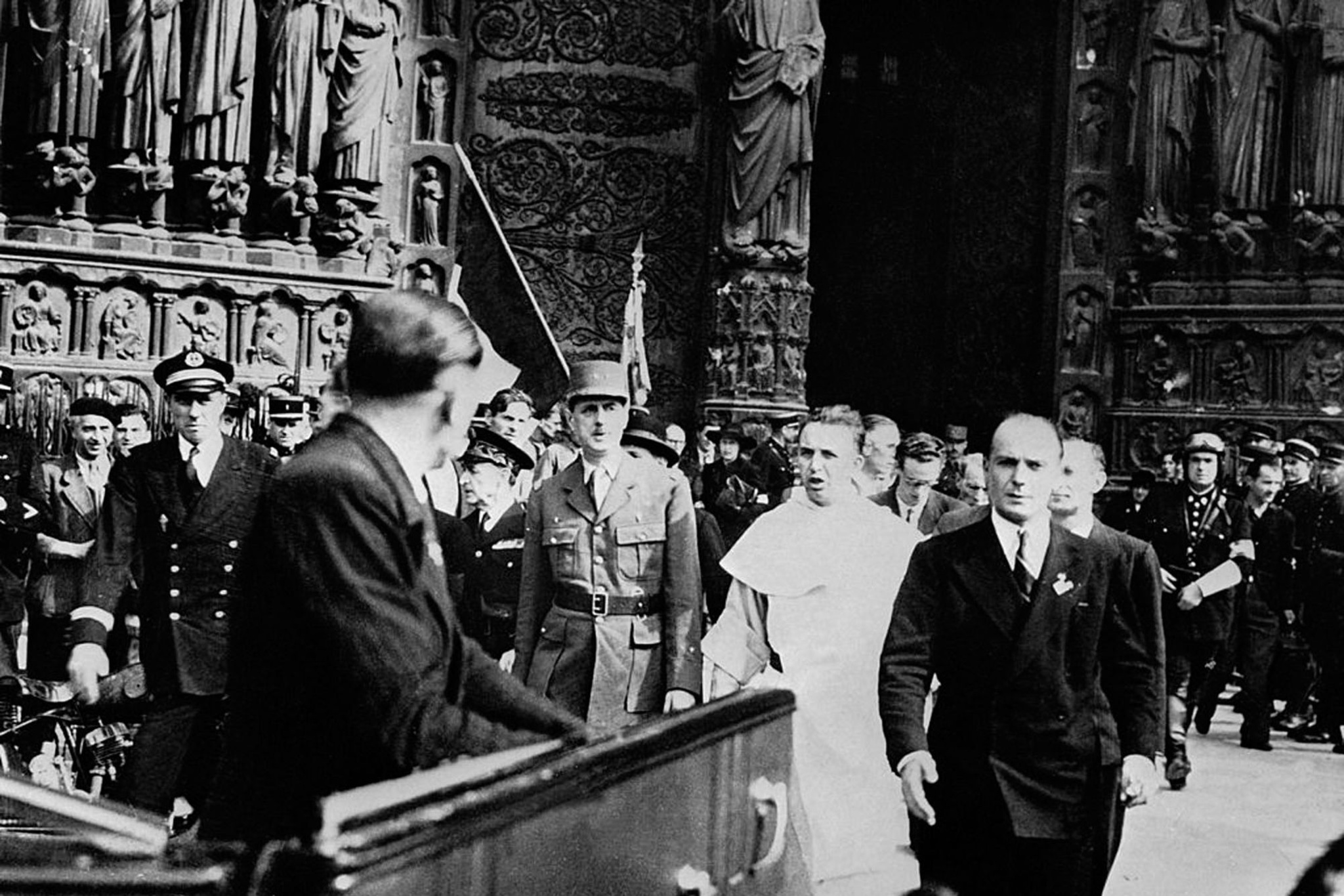 Août 1944, arrivée de Charles de Gaulle sur le parvis de la cathédrale de Paris, symbole de la Libération, Getty Images