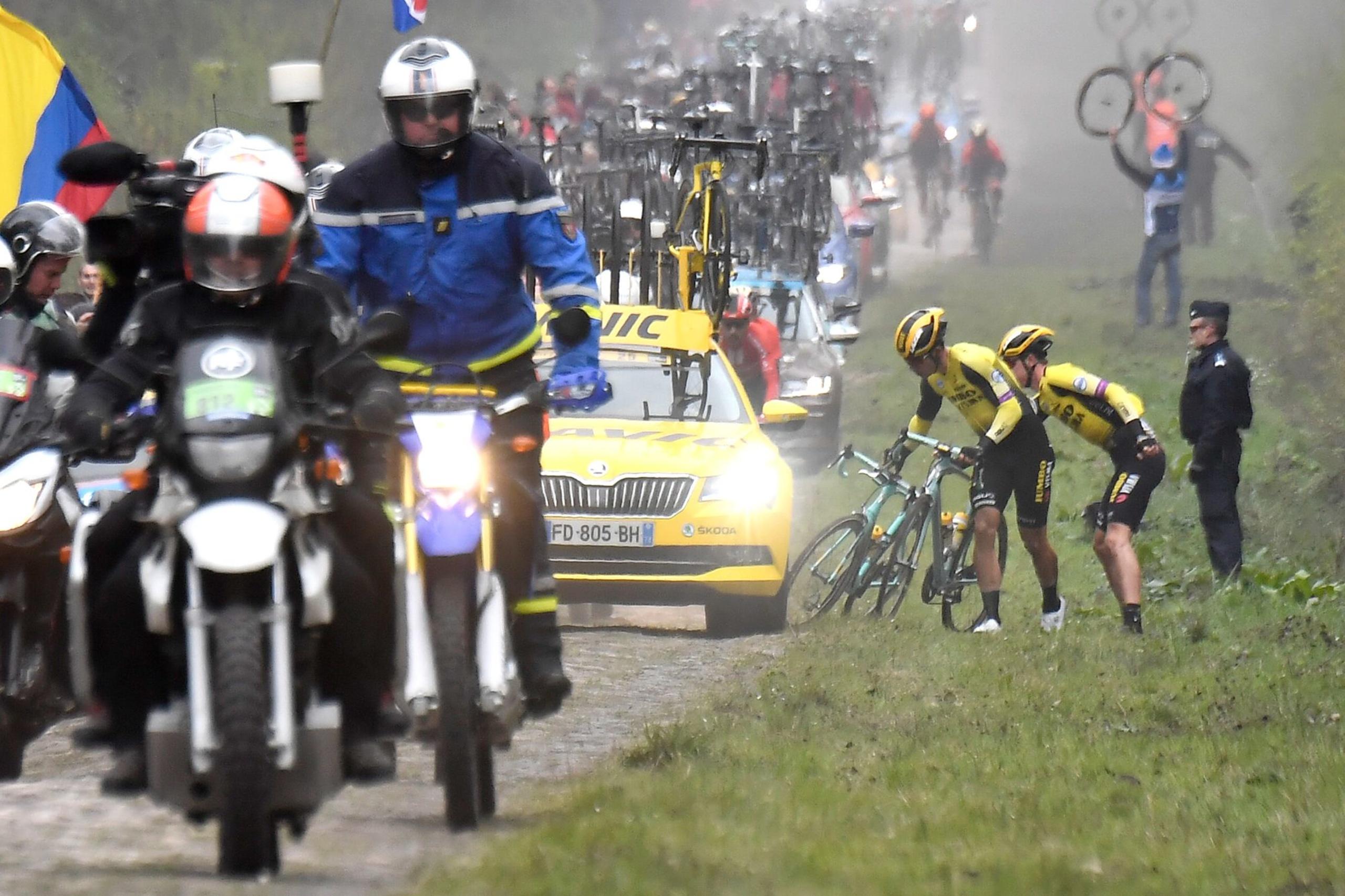 Wout van Aert rijdt lek in Trouée d'Arenberg en wisselt met een ploegmaat van fiets. , Belga