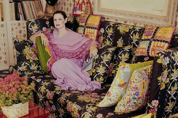 1975: Gloria dans l'appartement qu'elle partage à l'époque avec son mari Wyatt Cooper et ses deux fils. Elle a créé elle-même les coussins., dr
