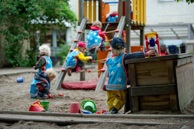 Kinderen in de tuin van Egalia., The Local