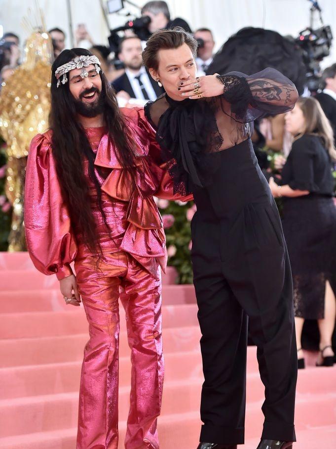 Alessandro Michele en Harry Styles in Gucci (Harry liet speciaal voor het bal zijn oor piercen), Getty