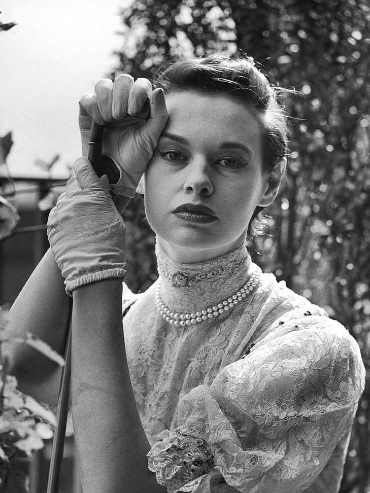 Gloria Vanderbilt in haar kostuum voor het stuk 'De Zwaan' van Molnar. Hier haalde ze haar inspiratie voor het zwanenlogo van haar modemerk., Getty