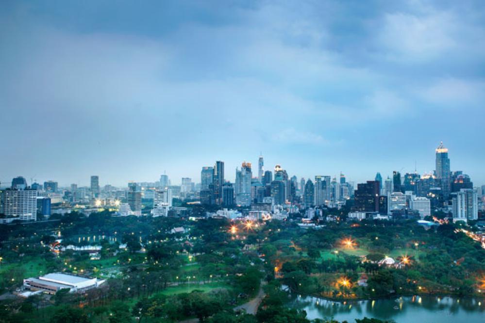 Panorama over het Lumphinipark en de skyline van Bangkok van op het dakterras van hotel Sofitel So Bangkok., LINDA ASSELBERGS