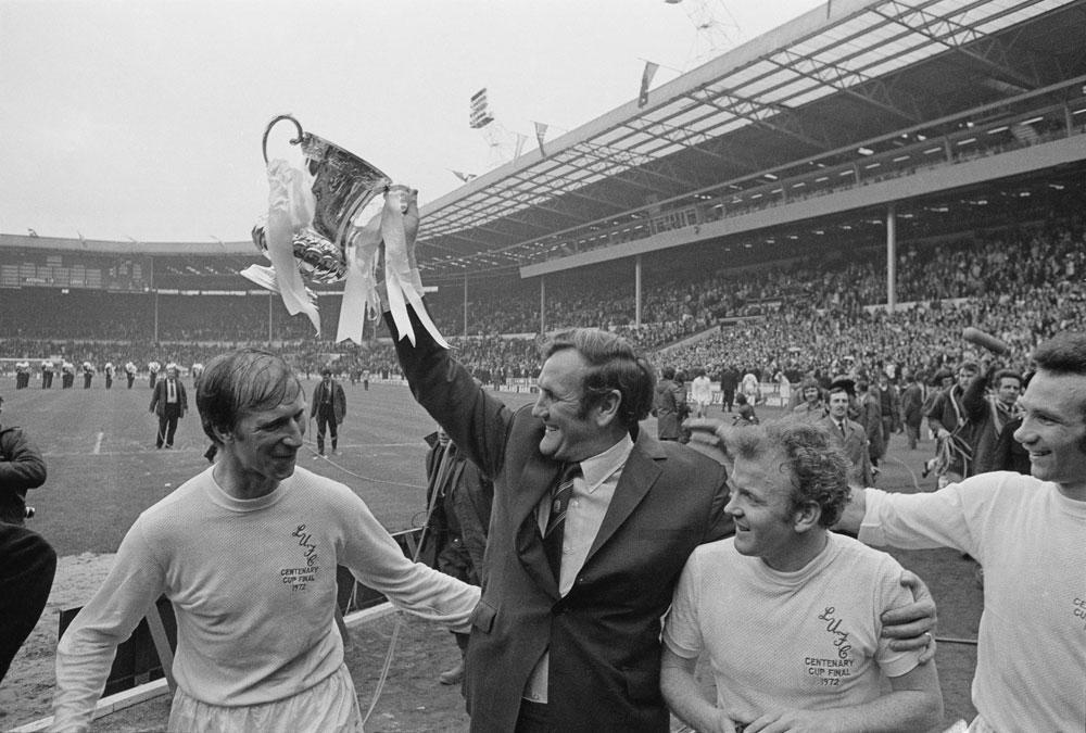 Don Revie tilt de FA Cup de hoogte in in 1972. Jack Charlton en Billy Bremner vieren mee., GETTY IMAGE