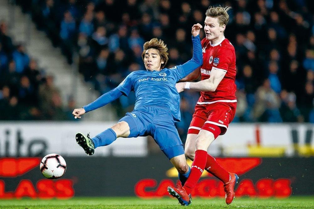 Junya Ito, hier in duel met Simen Jukleröd, maakte tegen Antwerp zijn tweede goal in play-off 1., BELGAIMAGE
