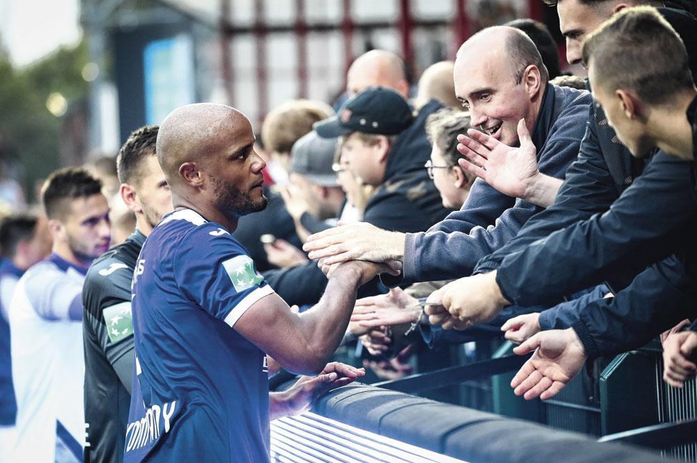 Na het 4-2-verlies op KV Kortrijk gingen Vincent Kompany en co de meegereisde supporters groeten., BELGAIMAGE