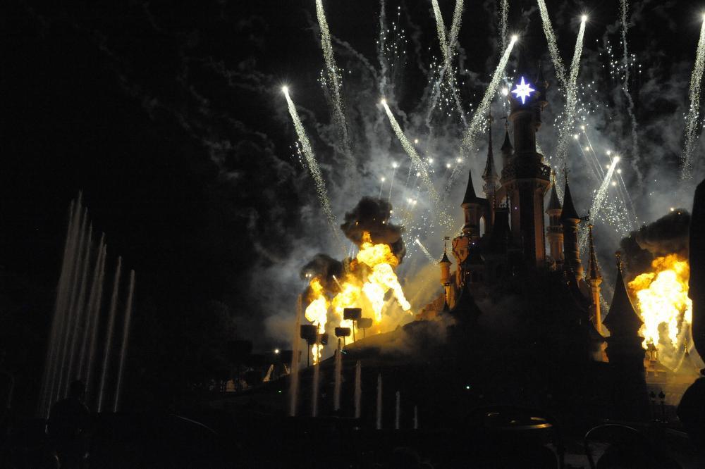 Disney Iluminations op Central Plaza met een overaanbod aan prachtig vuurwerk., FODI