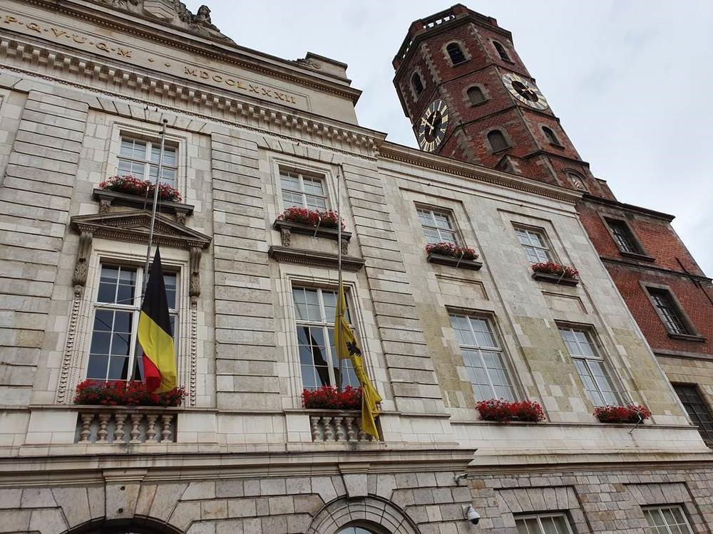 De vlaggen hingen halfstok aan openbare gebouwen in Menen., GF