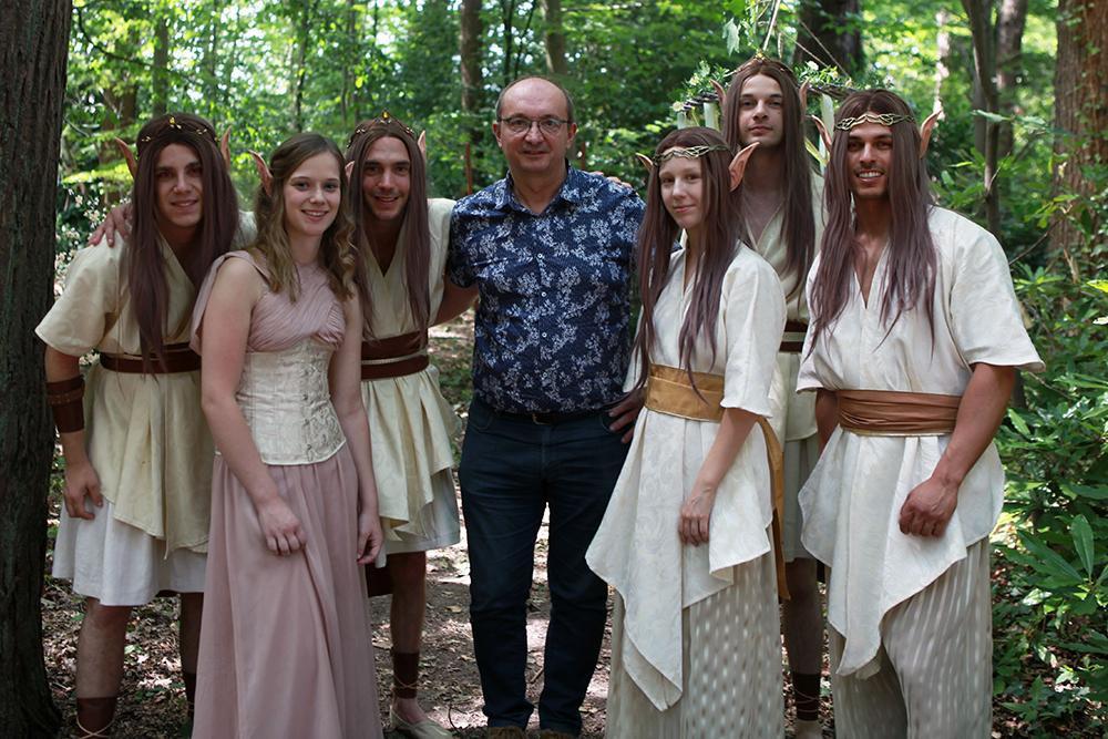 Rémi en Elke in het bos tijdens de opnames, samen met enkele andere figuranten en onze showbizzmedewerker PADI., FODI