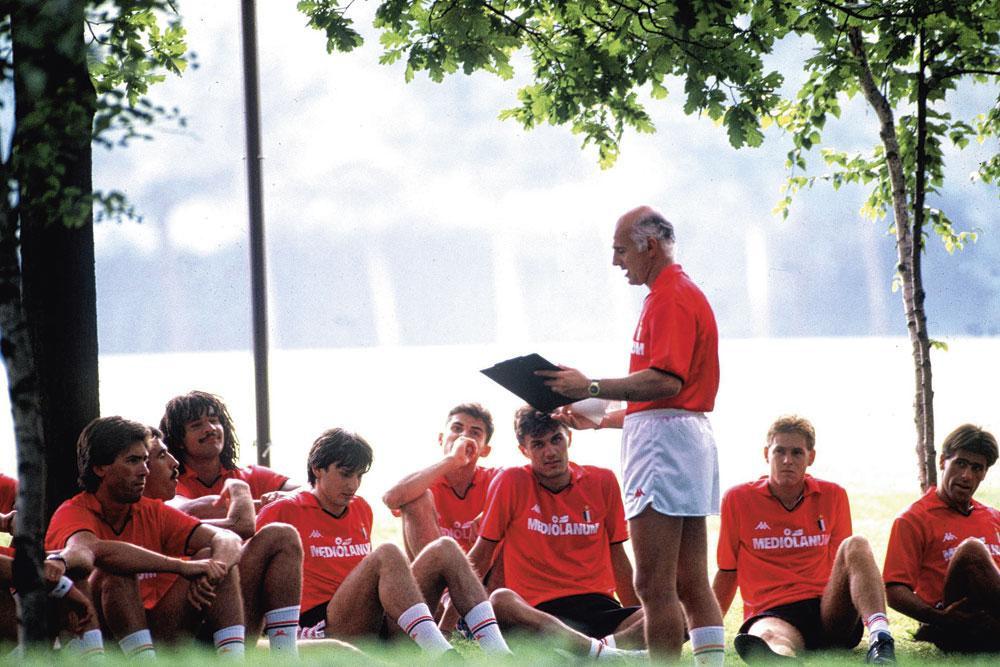 Arrigo Sacchi doceert voetbal. Paolo Maldini zit in het midden aandachtig te luisteren., belgaimage